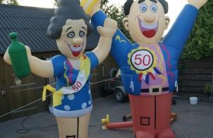 attractie-verhuur-pronk-opblaasbare-feestpoppen-feestende-sarah-wijnfles